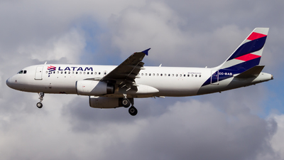 A picture of CCBAB - Airbus A320233 - LATAM Airlines - © Carlos Martinez Misle