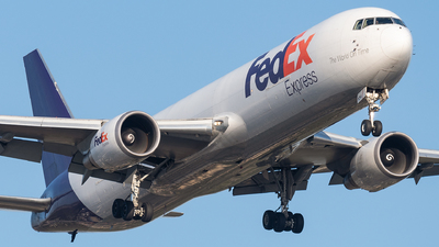 A picture of N104FE - Boeing 7673S2F(ER) - FedEx - © bill wang