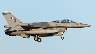 10806 - Lockheed Martin F-16D Fighting Falcon - Pakistan - Air Force