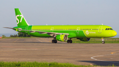 A picture of VQBQI - Airbus A321211 - S7 Airlines - © Mikhail Leukhov