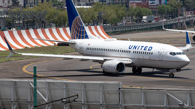 N27724 - Boeing 737-724 - United Airlines