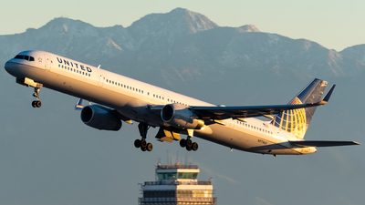 A picture of N77865 - Boeing 75733N - United Airlines - © Ricky Teteris