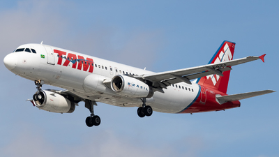 A picture of PTMZI - Airbus A320232 - LATAM Airlines - © Felipe Oliveira - oliver_spotting
