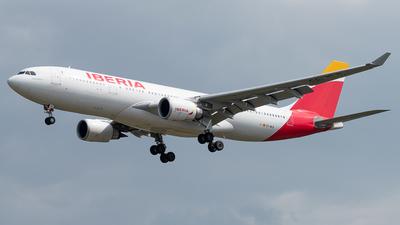 A picture of ECMLB - Airbus A330202 - Iberia - © Alonso Cisneros