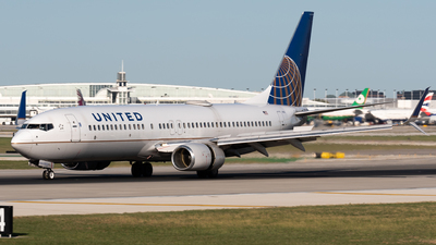 A picture of N76502 - Boeing 737824 - United Airlines - © Ben Suskind