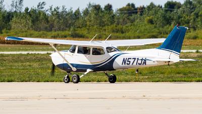 A picture of N571JA - Cessna 172S Skyhawk SP - [172S10549] - © Martin Pinnau
