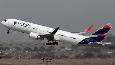 A picture of CCCWV - Boeing 767316(ER) - LATAM Airlines - © Juan Manuel Temoche - SPJC Spotter