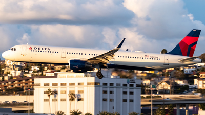 A picture of N347DN - Airbus A321211 - Delta Air Lines - © Ricky Teteris
