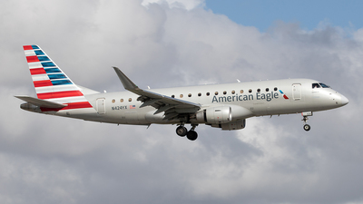 A picture of N424YX - Embraer E175LR - American Airlines - © Yixin Chen