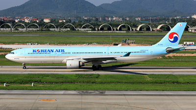 A picture of HL7551 - Airbus A330322 - Korean Air - © photogiap