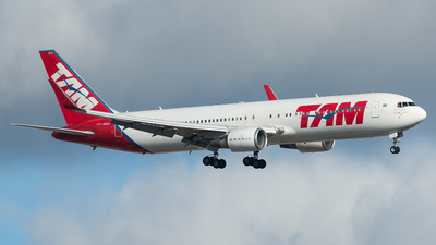 A picture of PTMOA - Boeing 767316(ER) - LATAM Airlines - © Delta Papa