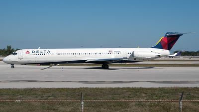 A picture of N930DL - McDonnell Douglas MD88 - [49717] - © PAUL LINK