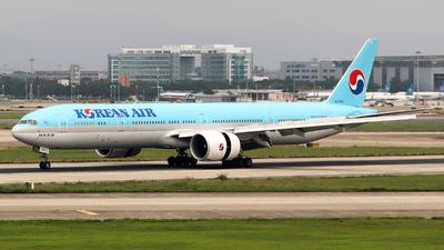 A picture of HL7202 - Boeing 7773B5(ER) - Korean Air - © Harry Shan