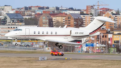 A picture of CSCHC - Bombardier Challenger 350 - NetJets - © Henrik Nilsson