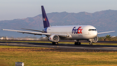 A picture of N122FE - Boeing 7673S2F(ER) - FedEx - © Alonso Cisneros