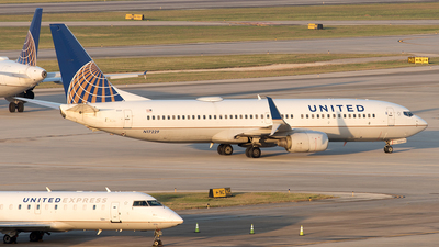 A picture of N17229 - Boeing 737824 - United Airlines - © Yixin Chen