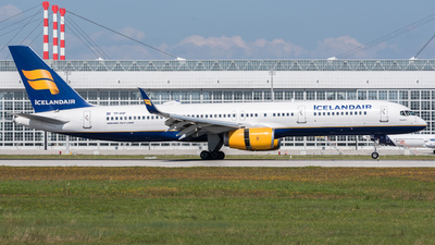 A picture of TFFIP - Boeing 757208 - Icelandair - © Chr.Schulenberg