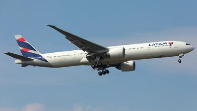 A picture of PTMUG - Boeing 77732W(ER) - LATAM Airlines - © Kosmopoliks