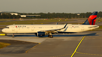 A picture of N302DN - Airbus A321211 - Delta Air Lines - © Carlos Barcelo