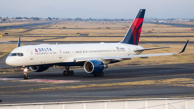 A picture of N689DL - Boeing 757232 - Delta Air Lines - © Alfredo La Red