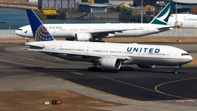 N27015 - Boeing 777-224(ER) - United Airlines