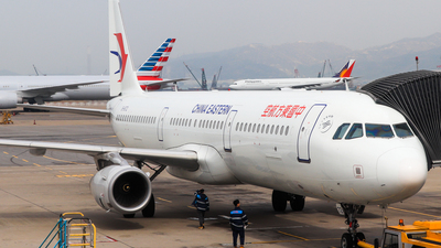 A picture of B8172 - Airbus A321231 - China Eastern Airlines - © Ewen Chang