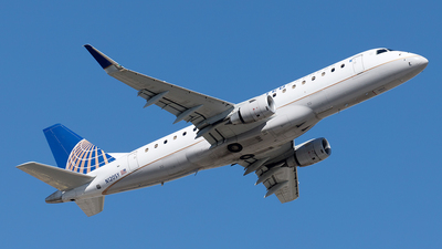 A picture of N120SY - Embraer E175LR - United Airlines - © Yixin Chen