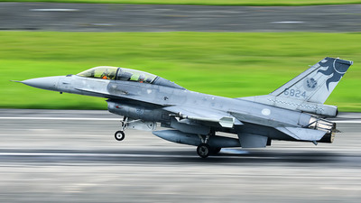 6824 - Lockheed Martin F-16B Fighting Falcon - Taiwan - Air Force