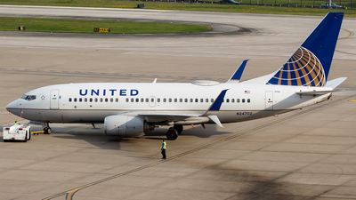 A picture of N24702 - Boeing 737724 - United Airlines - © Bruce Leibowitz
