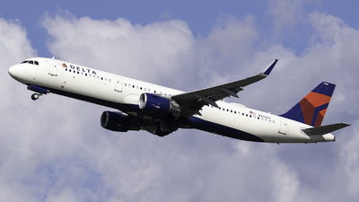 A picture of N330DX - Airbus A321211 - Delta Air Lines - © Evan Dougherty