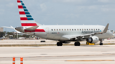 A picture of N425YX - Embraer E175LR - American Airlines - © Luis Portillo