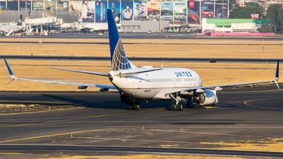 N24729 - Boeing 737-724 - United Airlines