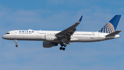 A picture of N502UA - Boeing 757222 - United Airlines - © bill wang