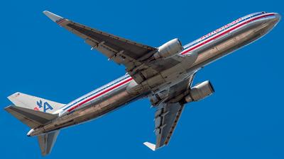 A picture of N352AA - Boeing 767323(ER) - [24033] - © Felipe Betancur Montoya