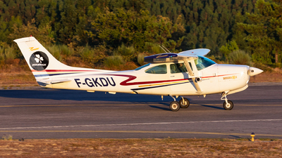 F-GKDU - Cessna R182 Skylane RG II - Private