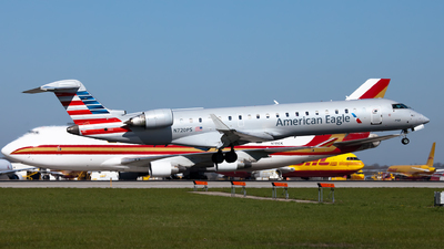 A picture of N720PS - Mitsubishi CRJ701ER - American Airlines - © steve