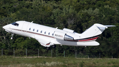 A picture of N240QS - Bombardier Challenger 650 - NetJets - © Alejandro Hndez