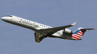 A picture of N722EV - Mitsubishi CRJ701ER - American Airlines - © Graham Dinsdale Collection