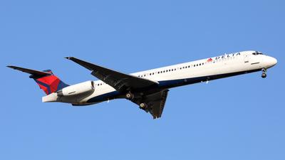 A picture of N918DE - McDonnell Douglas MD88 - [49959] - © Len Schwartz