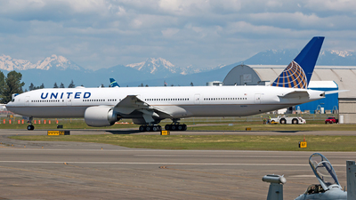 N2136U - Boeing 777-322ER - United Airlines