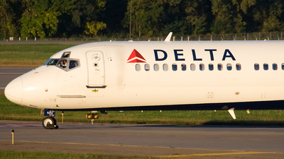 N913DN - McDonnell Douglas MD-90-30 - Delta Air Lines