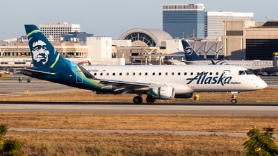 A picture of N175SY - Embraer E175LR - Alaska Airlines - © Brandon Ravelo