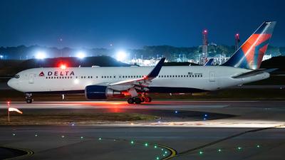A picture of N174DZ - Boeing 767332(ER) - Delta Air Lines - © JinZi