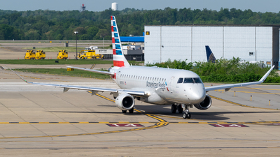 A picture of N435YX - Embraer E175LR - American Airlines - © Evan Dougherty