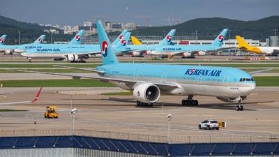 A picture of HL7205 - Boeing 7773B5(ER) - Korean Air - © Hwang Heesung