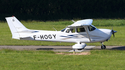 A picture of FHOGY - Cessna 172S Skyhawk - [172S10447] - © bruno muthelet