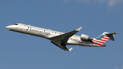 A picture of N702PS - Mitsubishi CRJ701ER - American Airlines - © Yixin Chen