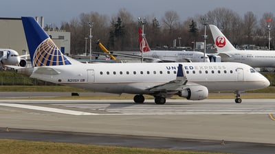 A picture of N211SY - Embraer E175LR - United Airlines - © Huy Do