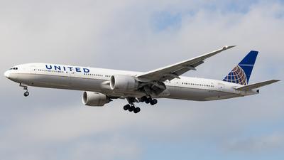A picture of N2737U - Boeing 777322(ER) - United Airlines - © Felipe Oliveira - oliver_spotting