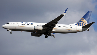 A picture of N36247 - Boeing 737824 - United Airlines - © Len Schwartz